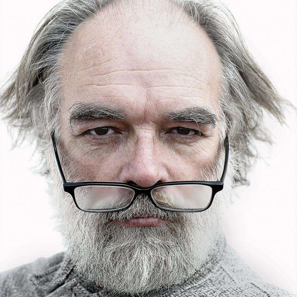 Mann mit Brille unter der Nase