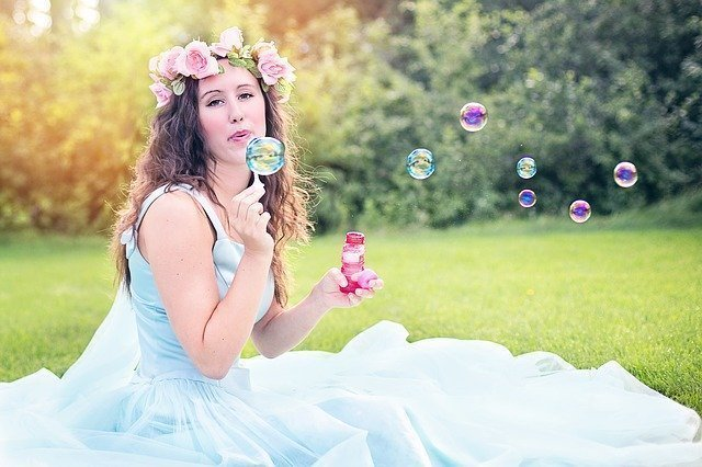 Seifenblasen im Hochzeitskleid